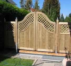 Holzterrasse und Sichtschutz mit Pendeltüre